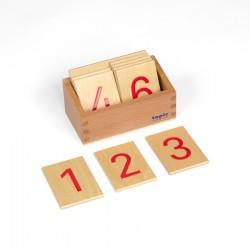 Satz Ziffern auf Holzbrettchen mit Kiste