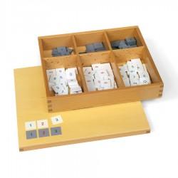 Kistje met grijze en witte fiches